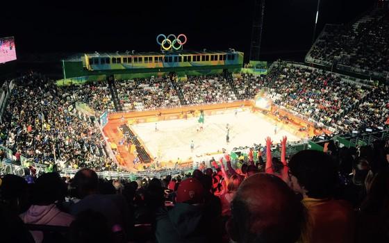 Arquibancada do vôlei de praia dos Jogos Olímpicos, em Copacabana. Clap your hands, todo mundo (Foto: Marcelo Moura)
