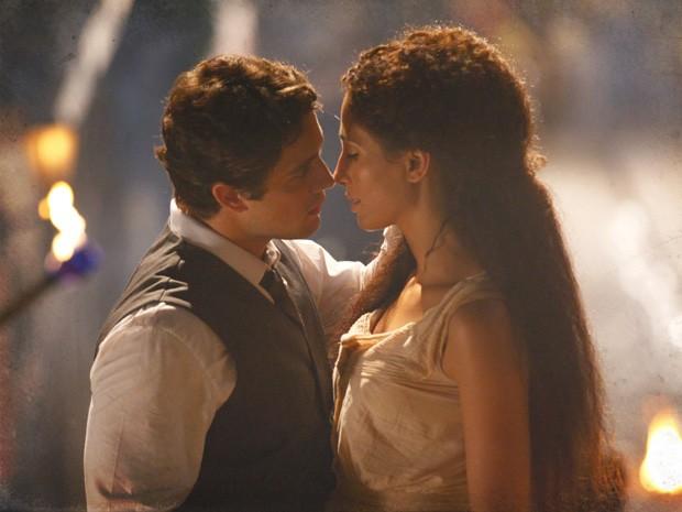 Isabel e Albertinho se beijam (Foto: Lado a Lado/TV Globo)