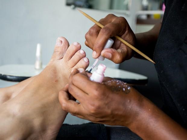 Maioria das manicures em Maceió não utilizam luvas ou máscaras (Foto: Jonathan Lins/G1)