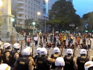 Tropa de choque e manifestantes se encontraram na Praça da Sete, em Belo Horizonte (Foto: Pedro Ângelo/G1)
