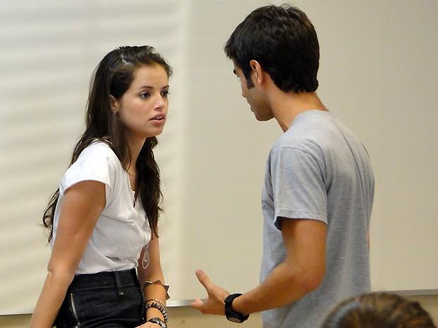 Gil deixa claro que não foi muito com a cara de Vitor (Foto: Malhação / TV Globo)
