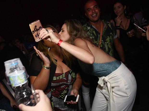 Fabiana Karla e ex-BBB Ana Paula em show na Zona Oeste do Rio (Foto: Raphael Mesquita/ Divulgação)