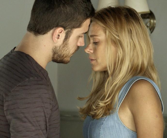 Dante tenta beijar Lara (Foto: TV Globo)