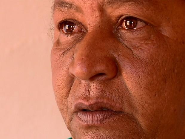 Dona de casa se emociona com falta de água em Cambuquira (Foto: Reprodução EPTV)