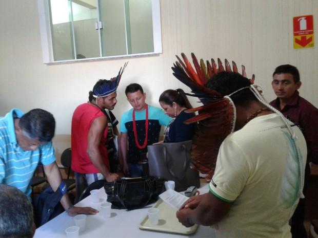 Indígenas comemoram a aprovação das reivindicações (Foto: Bena Santana/G1)