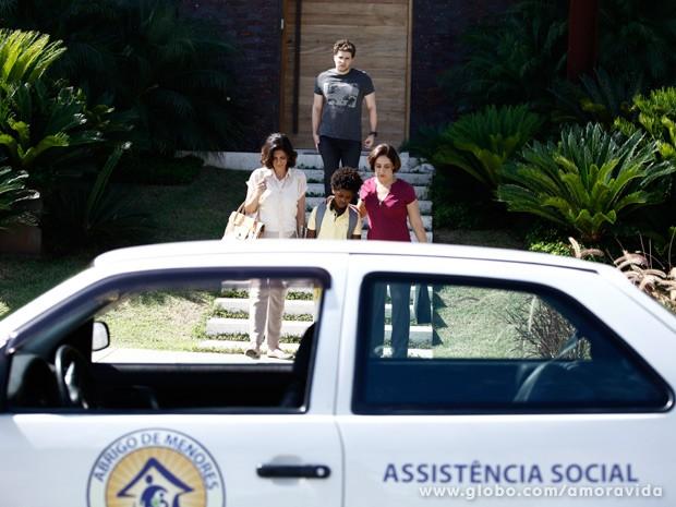 Jayminho é levado para o abrigo novamente (Foto: Amor à Vida/ TV Globo)
