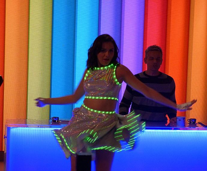 O vestido de led custou a funcionar, mas deixou Monica Iozzi encantada (Foto: Cristina Cople / Gshow)