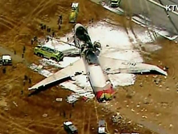 Imagem da aeronave que vinha da Coreia do Sul e sofreu acidente em San Francisco, EUA, na tarde deste sábado (6). (Foto: Reprodução/ KTVU/CNN)