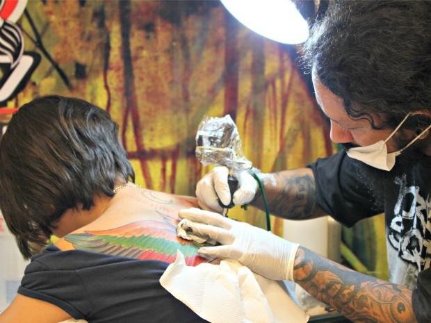 Jovem aproveitou para se tatuar no evento (Foto: Tiago Melo/G1 AM)