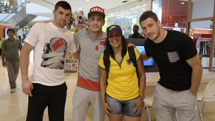 Jogadores australianos atendem fãs em shopping no Espírito Santo (Foto: Richard Pinheiro/GloboEsporte.com)
