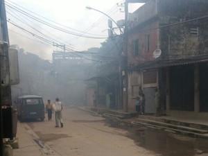 Fumaça do incêndio perto do contêiner da UPP encobre ruas da favela (Foto: Produção de internet)
