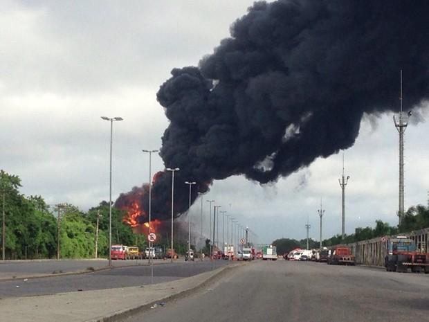 Bombeiros continuam trabalhos para combater incêndio em Santos (Foto: Mariane Rossi/G1)