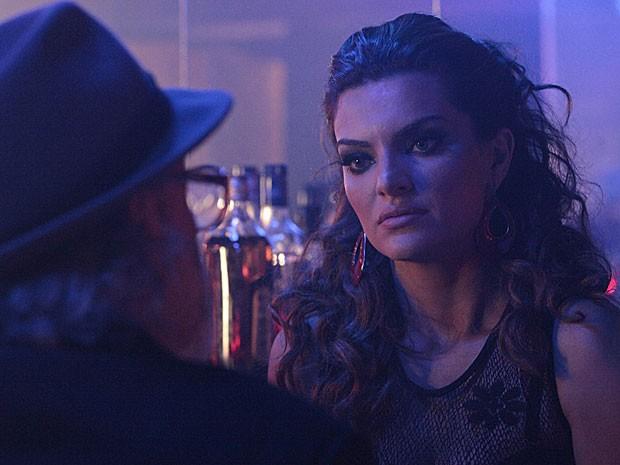 Amparo pede para Virgílio não revelar a Rodrigo onde ela está (Foto: Amor Eterno Amor/TV Globo)