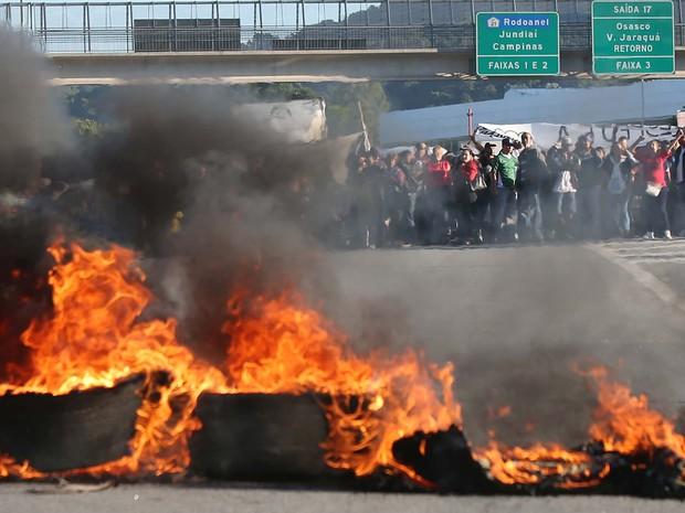 Integrantes do Movimento dos Trabalhadores Sem-Teto (MTST) realizam protestos na manhã desta quarta-feira (26). Um deles chegou a bloquear a pista expressa da Rodovia Anhanguera, em Osasco, na Grande São Paulo, por cerca de uma hora (Foto: Marcos Bezerra/Futura Press/Estadão Conteúdo)