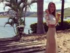 Ex-BBB Adriana usa modelito de barriguinha de fora para casamento