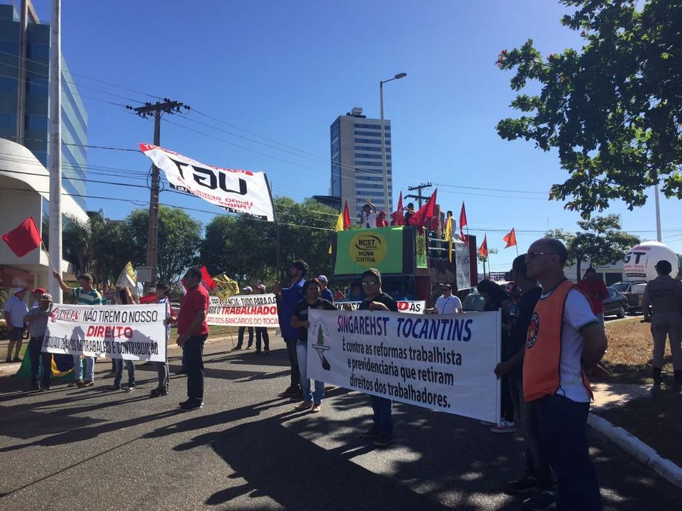 Participam do ato pessoas ligadas a centrais sindicais (Foto: Mary Araújo/TV Anhanguera)