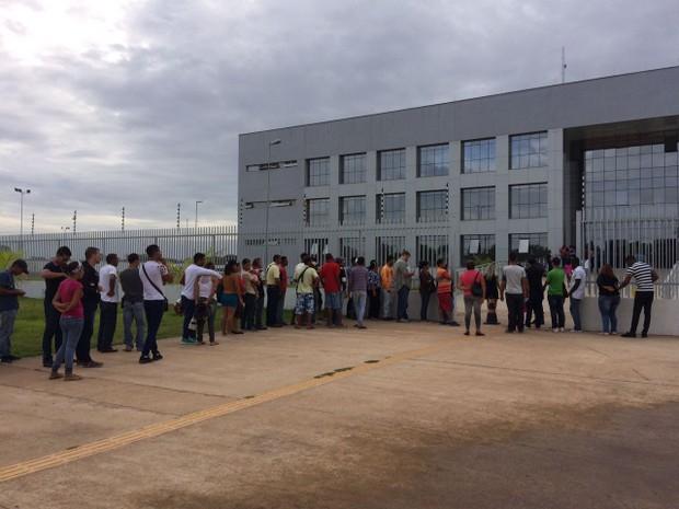 Refugiados aguardam atendimento em frente à PF em Boa Vista  (Foto: Emily Costa/ G1 RR)