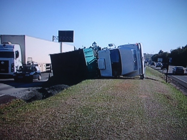 Apesar do número de carros envolvidos, não houve feridos (Foto: Reprodução / TV Tem)