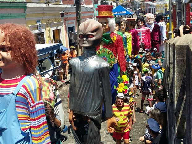 Desfile dos bonecos gigantes segue pelas ladeiras de Olinda (Foto: Penélope Araújo/G1)