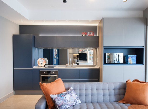 sala-cozinha-integradas-almofada-laranja (Foto: Divulgação/Rafael Muner)