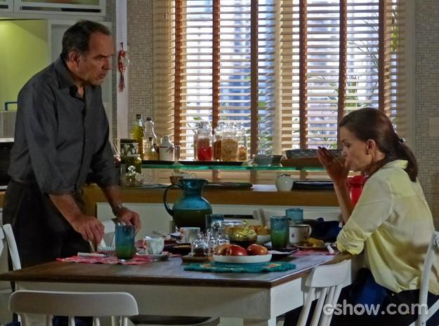 Helena reclama da filha com o marido (Foto: Em Família/ TV Globo)