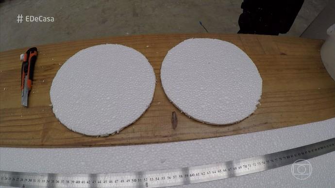 Recorte dois círculos usando o fundo do balde como molde. (Foto: TV Globo)