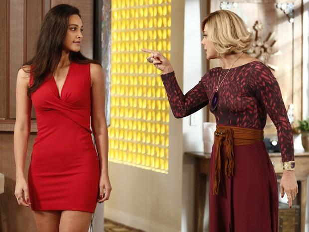 Pega no flagra! Samantha vai atrás de Laura e encontra Sueli (Foto: Fábio Rocha/Gshow)