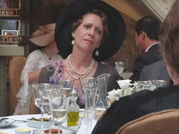 Mãe de Teodoro não acredita naquelas baboseiras (Foto: Lado a Lado/TV Globo)