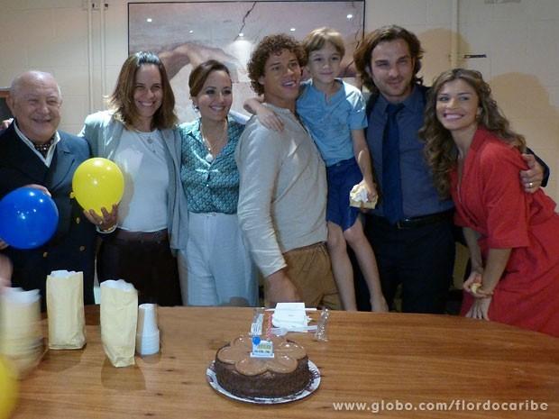 Dia de festa! José Loreto faz aniversário e ganha um bolo surpresa