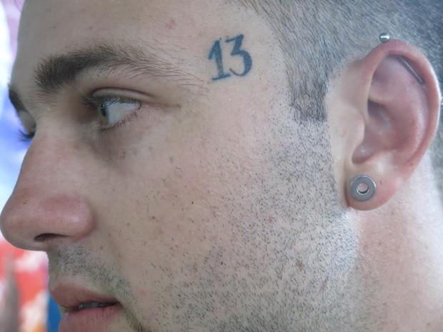Jovem tatuou o número treze perto do olho (Foto: Mariane Rossi/G1)