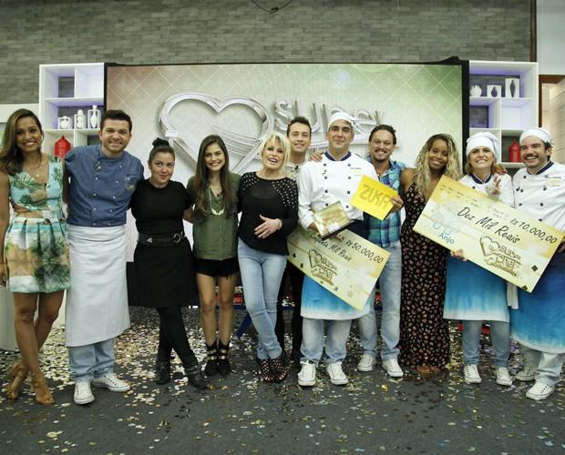 Rodeado pelos participantes, André Marques comemora o título de vencedor do Super Chef (Foto: Raphael Dias/TV Globo)