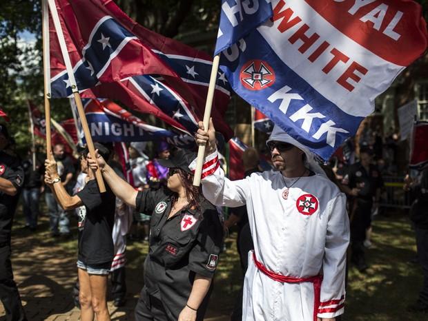 Charlottesville: Integrantes do grupo racista The Ku Klux Klan protestam em 8 de julho, em Charlottesville, na Virginia. A KKK tenta impedir a remoção de uma estátua em homenagem ao general confederado Robert E. Lee, movimento que era contra o fim da escr (Foto: Chet Strange/Getty Images)