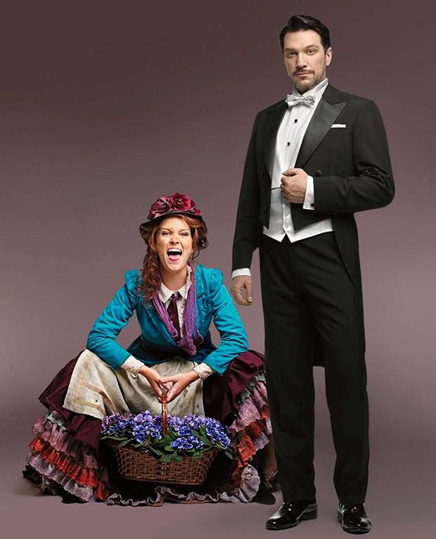 Paulo Szot e Daniele Nastri caracterizados como Henry Higgins e Eliza, protagonistas de My Fair Lady (Foto: MARCOS ROSA / ED. GLOBO, JAIRO GOLDFLUS / DIVULGAÇÃO)
