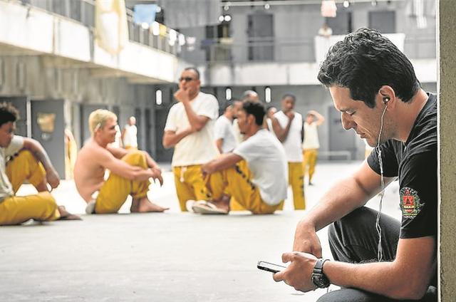 Rodrigo Lombardi se concentra antes de começar a gravar 'Carcereiros' (Foto: Ramon Vasconcellos/TV Globo)