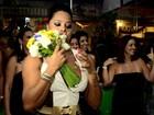 Solteira, Adriana Bombom leva buquê de  noiva em casamento  de ex-rainha