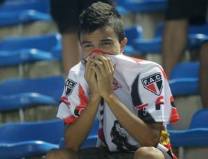 Torcedor do Ferroviário triste após derrota para Fortaleza no Campeonato Cearense de 2012 (Foto: Rodrigo Carvalho/Agência Diário)