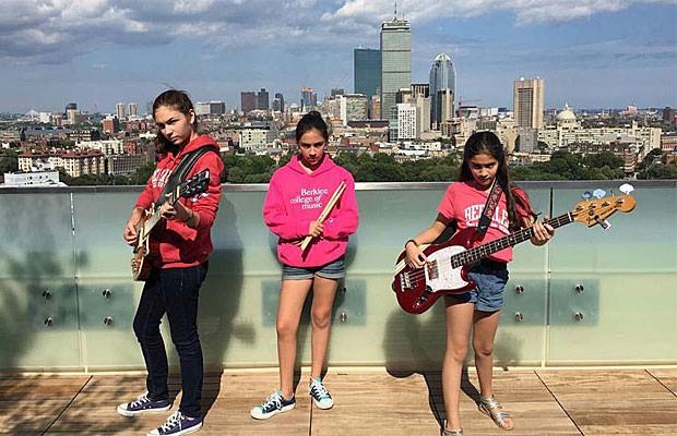 Graças a doações, as meninas foram à Boston participar de um programa de verão de uma escola de música, Berklee (Foto: thewarningband.com)