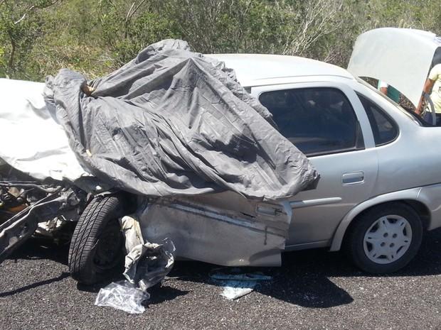 Carro colidiu na BR-428 (Foto: Divulgação/PRF)