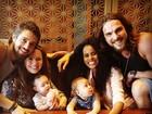 Igor Rickli e Rafael Cardoso posam com as mulheres e os filhos