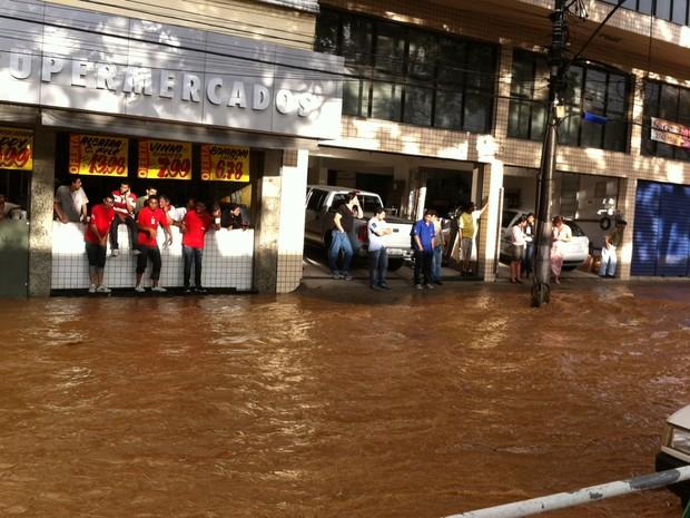 Enchente no Centro de Teresópolis, na Região Serrana (Foto: Tássia Thum/ G1)