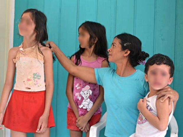 Júlia diz que todos os filhos apresentam alguma deficiência física ou mental (Foto: Tácita Muniz/G1)