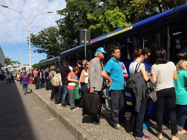Aeroporto Santos Dumont tem longas filas por ônibus por conta da paralisação de taxistas (Foto: Matheus Rodrigues/G1)