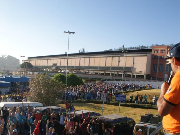 Grevistas se reuniram em frente a fábrica, em Alumínio, na manhã desta quinta-feira (20) (Foto: Divulgação/Sindicato dos Metalúrgicos)