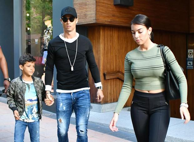 Cristiano Ronaldo com o filho, Cristiano Ronaldo Jr., e a namorada, Georgina Rodriguez (Foto: Grosby Group)