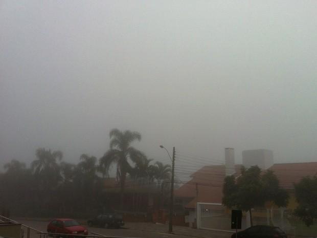 Neblina tomou conta do céu de Porto Alegre (Foto: Ttaiana Lopes/G1)