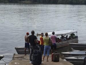 Catraias chegando ao cais da orla de Oiapoque com passageiros de Saint-Georges (Foto: Abinoan Santiago/G1)