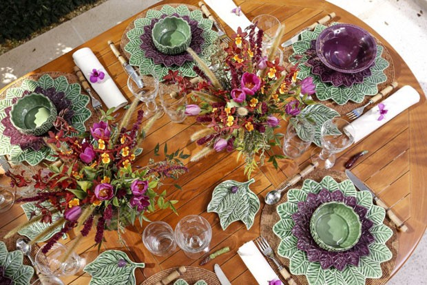 Vamos Receber: mesa decorada com verde e roxo para um almoço (Foto: Julio Acevedo)