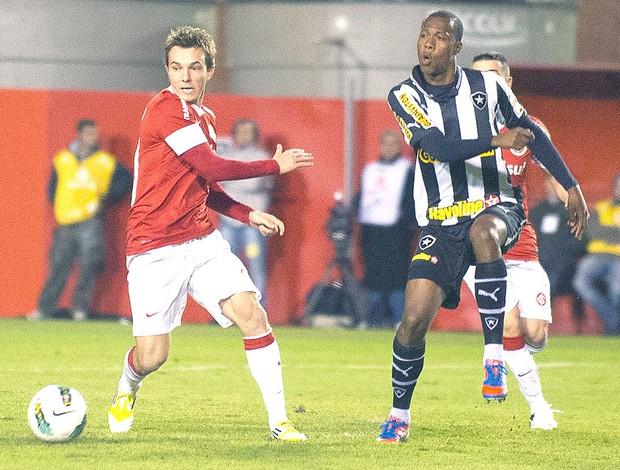 Brinner e Dagoberto na partida do Internacional contra o Botafogo (Foto: Vinícius Costa / Ag. Estado)