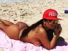 Solange Gomes comemora volta do sol e faz topless na praia