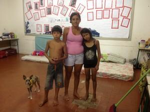 Cristiane diz que se organiza com demais moradores para manter abrigo limpo (Foto: Ivanete Damasceno/G1)